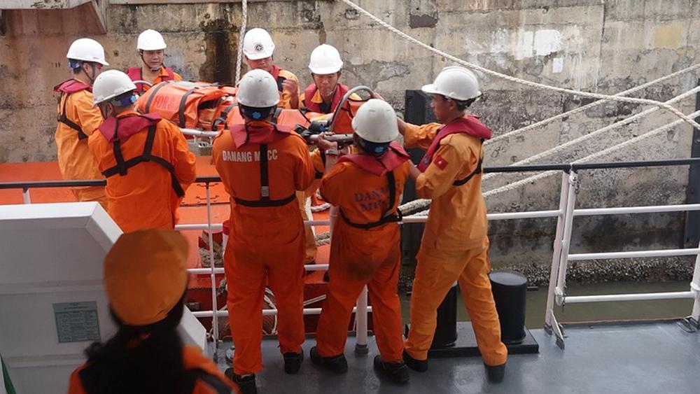Cứu thuyền viên tàu Quảng Ngãi gặp nạn trên vùng biển Hoàng Sa